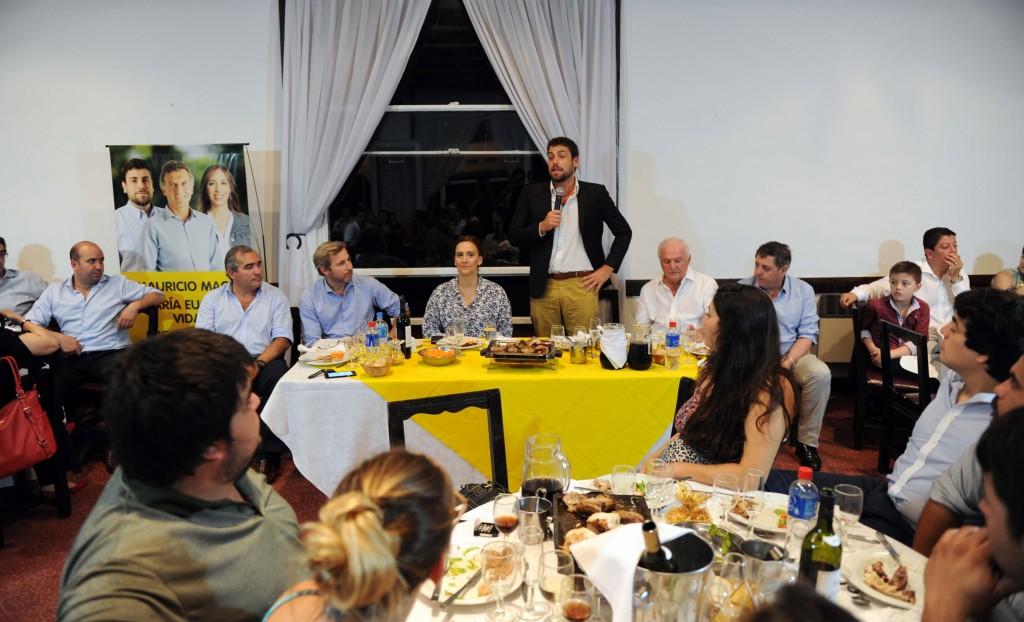 Lucas Delfino con Gabriela Michetti y dirigentes del PRO en Hurlingham