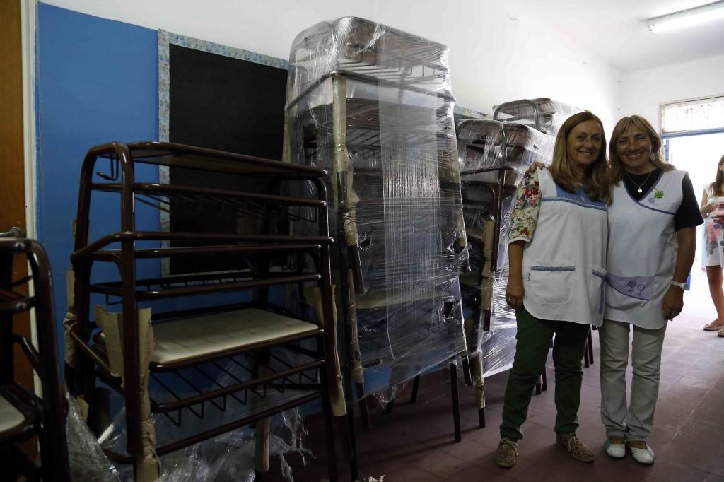 entrega mobiliario escuelas de Hurlingham