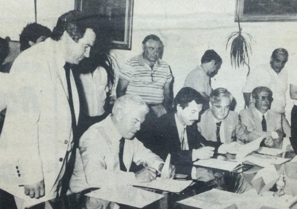 Rousselot y Macri firmando el contrato por las cloacas